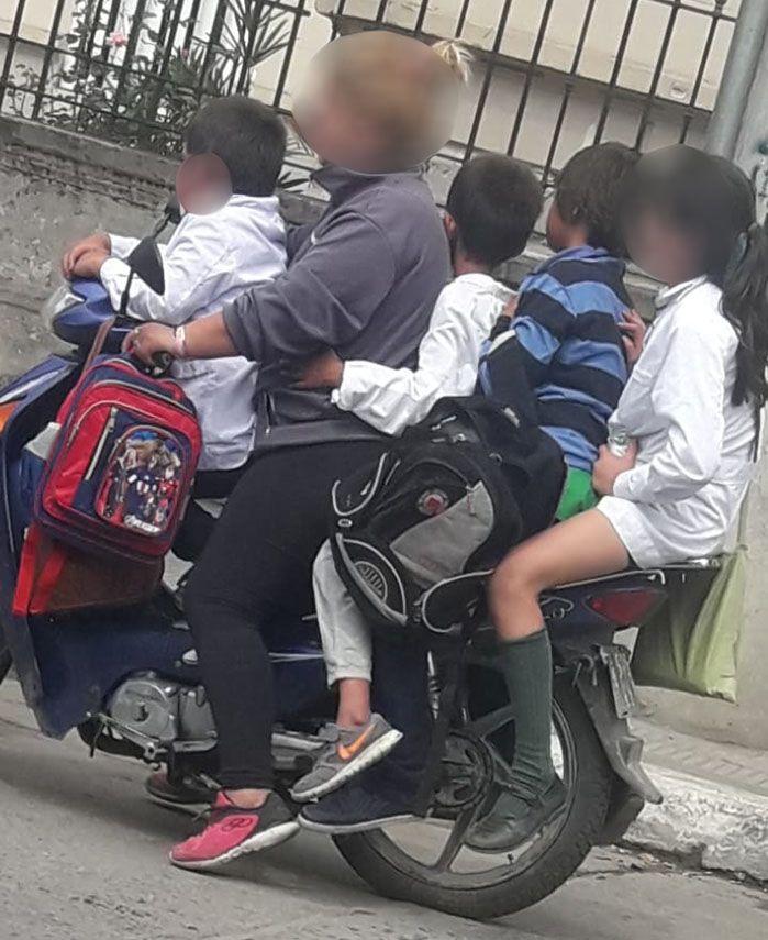 una-mama-y-cuatro-menores-en-una-moto-escuela-federico