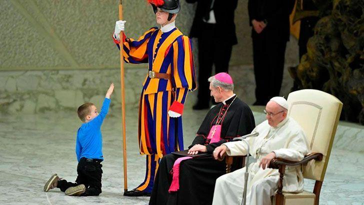 un-tierno-niño-argentino-interrumpio-al-papa