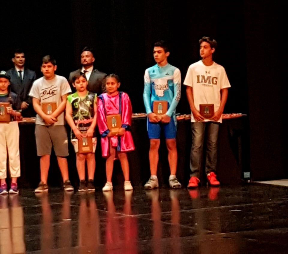 thiago-olarte-recibiendo-premio-tucuman-teatro