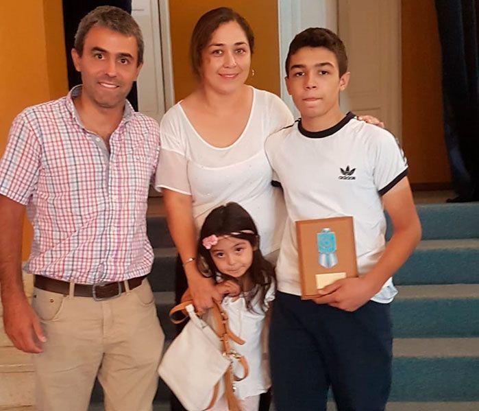 thiago-olarte-recibiendo-premio-tucuman